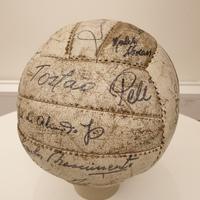 Boll med autografer från Brasiliens VM-kag 1958.jpg