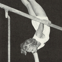 Kvinnlig gymnast på barr.jpg
